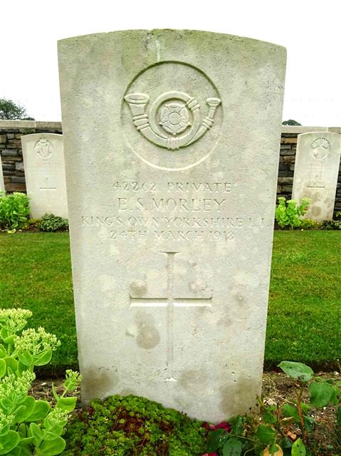 The Commonwealth War Graves Vommission headstone marking the grave of Edward Stanley Morley at Honnechy British Cemetery, courtesy of Len Scott and the international wargraves project website